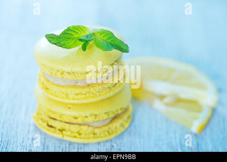 Macarons citron à la menthe sur le tableau blanc Banque D'Images