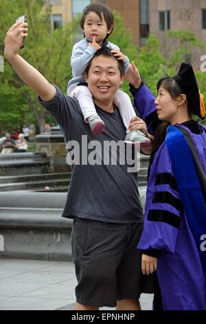 Une famille asiatique en prenant un après que la mère selfies d'NYU. À Washington Square Park à New York City Banque D'Images