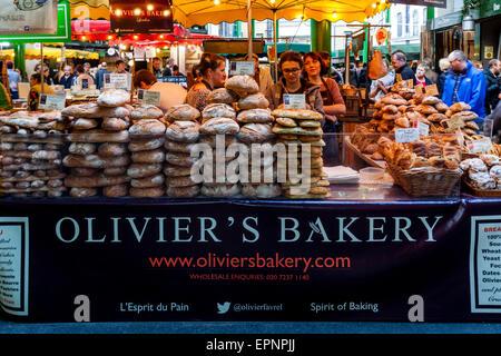 Du pain frais et des pâtisseries à vendre, Borough Market, London Bridge, Londres, Angleterre Banque D'Images