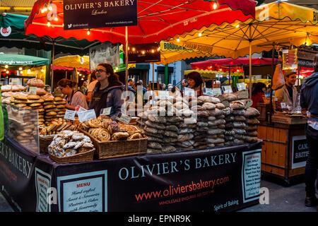 Du pain frais et des pâtisseries à vendre à Olivier's Bakery, Borough Market, London Bridge, Londres, Angleterre Banque D'Images
