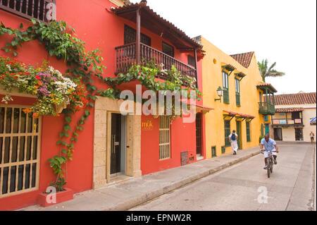 Maisons colorées (couleur) couverte de fleurs dans une rue à Cartagena, Colombie Amérique du Sud Banque D'Images