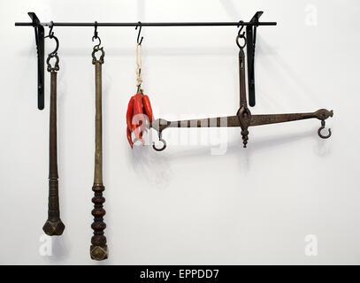 Balustrade avec cuisine et ustensiles balances cuivre ancien sur fond de mur blanc Banque D'Images