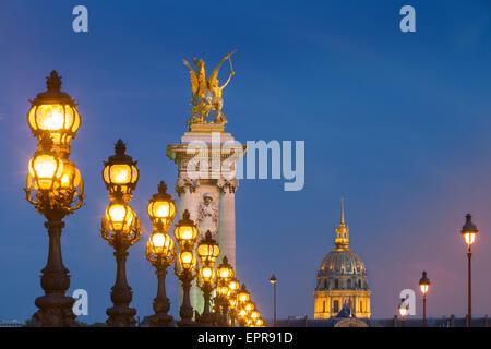 Rangée de lampadaires sur le Pont Alexandre III avec dôme de l'Hôtel des Invalides au-delà, Paris, France