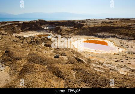 Gouffre à ciel ouvert ou sur la rive est de la mer morte à la fin de l'été lorsque le niveau d'eau est à son plus bas