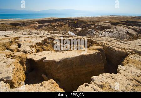 Gouffres à ciel ouvert ou sur la rive est de la mer morte à la fin de l'été lorsque le niveau d'eau est à son plus bas