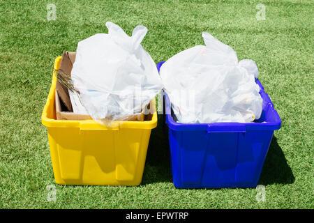 Bacs de recyclage complet, pour les produits du papier jaune et bleu pour le métal. Banque D'Images