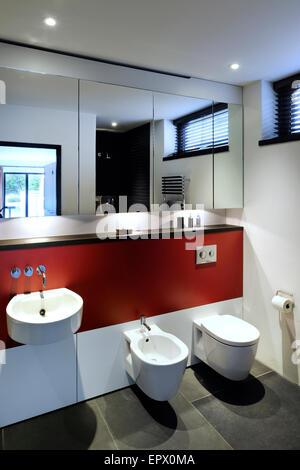 Chambre à coucher principale salle de bains privative avec douche, rez-de-chaussée inférieur dans Tresithney, Cornwall, UK