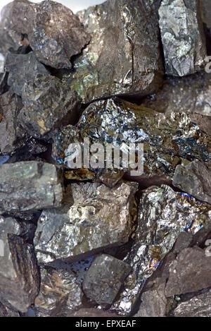 Pile de charbon noir isolé sur fond blanc Banque D'Images