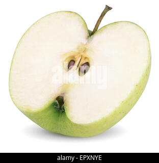 Gros plan du demi-pomme verte isolated on white with clipping path Banque D'Images