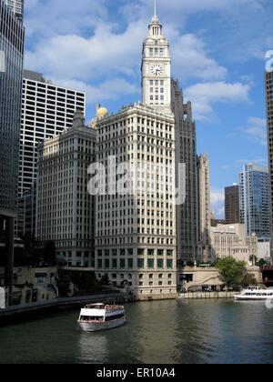 Les bateaux d'excursion avec des excursions pour une croisière le long de la paisible rivière Chicago le long d'une Banque D'Images