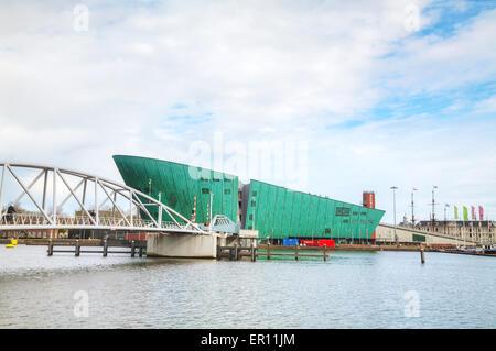 AMSTERDAM - 16 avril: Science Center Nemo building le 16 avril 2015 à Amsterdam, Pays-Bas.