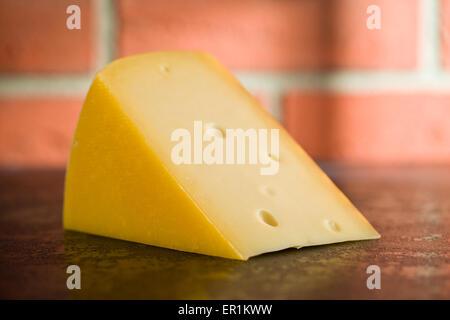 Bloc de fromage Edam sur table de cuisine Banque D'Images