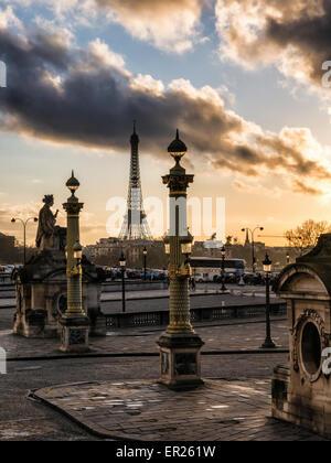 Paris, Place de la Concorde, Tour Eiffel, statue, lampadaires et spectaculaire lumière dorée et ciel nuageux au Banque D'Images