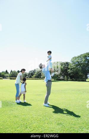 Heureux famille japonaise dans un parc de la ville Banque D'Images
