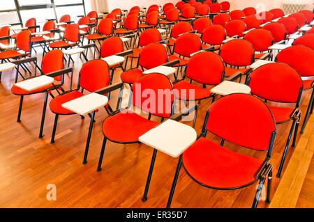 Chaises vides dans la salle de conférence Banque D'Images