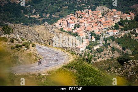 Vélo homme près de Lumio, Corse, France Banque D'Images