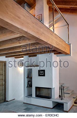 Escalier en bois ouverte à white hall moderne avec cheval en bois ...