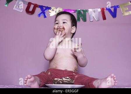 Baby eating cake Banque D'Images