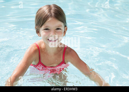 Girl swimming in pool, portrait Banque D'Images