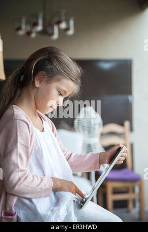 Little girl using digital tablet Banque D'Images