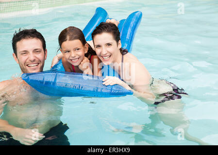Family playing together in pool Banque D'Images