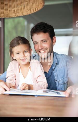 Père et fille lisant ensemble, portrait