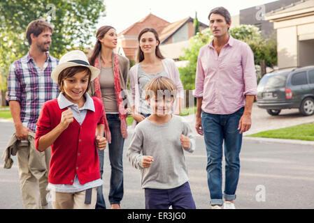 Balades en famille ensemble au quartier de banlieue Banque D'Images