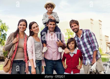 Family posing for portrait de groupe à l'extérieur Banque D'Images