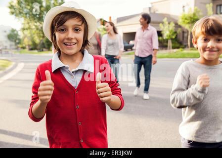 Les garçons jouent à l'extérieur, en arrière-plan Banque D'Images