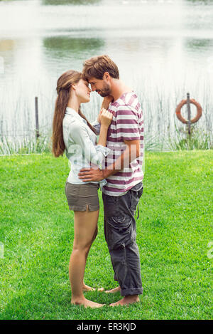 Young couple embracing outdoors Banque D'Images