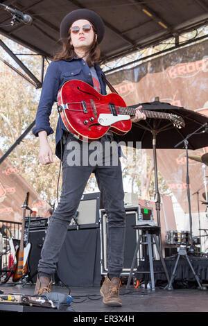 Irvine, Californie, USA. 16 mai, 2015. La BAIE JAMES musicien il se produit avec son groupe au cours de la Fiesta Y KROQ Weenie Roast à Irvine Meadows Amphitheater à Irvine, Californie © Daniel DeSlover/ZUMA/Alamy Fil Live News