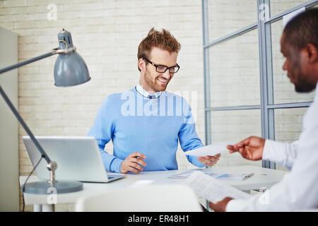 Jeune manager de reprendre la lecture de l'homme pour le travail d'embauche Banque D'Images