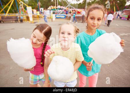 Cute girls eating Cotton Candy en plein air Banque D'Images