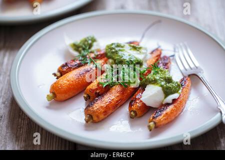Faire cuire les carottes avec de la mozzarella et pesto Banque D'Images