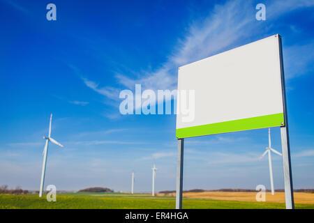 Blank Board sur la zone avec de l'énergie éolienne. Legnickie Pole, Pologne Banque D'Images