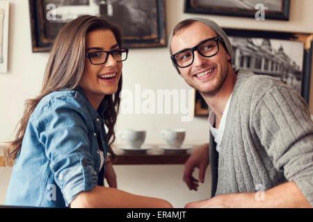 Rencontre jeunes amis au café. Cracovie, Pologne Banque D'Images