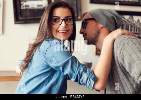Hipster couple flirting at cafe. Cracovie, Pologne Banque D'Images
