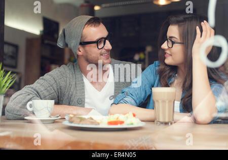 Jeune couple de passer du temps ensemble dans un restaurant. Cracovie, Pologne Banque D'Images