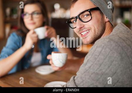 Portrait d'homme hipster au café. Cracovie, Pologne Banque D'Images