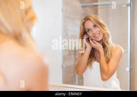 Natural woman à la réflexion elle-même dans le miroir. Debica, Pologne Banque D'Images