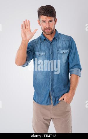 L'homme est montrant arrêter geste de la main. Debica, Pologne Banque D'Images