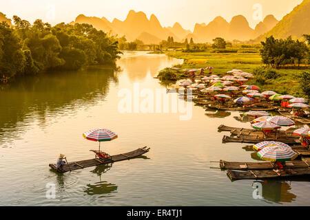 Yangshuo, Chine sur la rivière Li. Banque D'Images