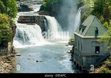 Vue panoramique de la Rainbow Falls et l'installation hydro-électrique de l'Ausable Chasm, Keeseville, New York Banque D'Images