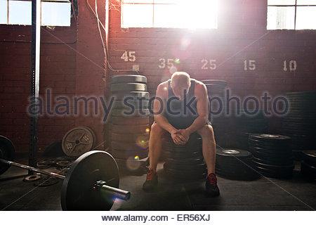 Un athlète crossfit repose après une séance. Banque D'Images