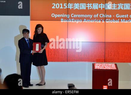 """(150527) -- NEW YORK, 27 mai 2015 (Xinhua) -- Wu Shangzhi(L), vice-ministre de l'Administration d'Etat de la presse, de publication, de la radio, du film et de la télévision, donne un livre en cadeau à Linda Johnson, le président et chef de la direction de la Bibliothèque publique de Brooklyn au cours de la cérémonie d'ouverture des China-Guest d'honneur 2015 BookExpo America's Global Market Forum à New York, États-Unis, le 27 mai 2015. Ce qui porte à près de 10 000 titres de livres de quelque 150 éditeurs, la Chine est entrée à l'honneur dans cette """"capitale culturelle de l'édition et le monde' comme BookExpo America (BEA) 2015 a débuté à New York City"""