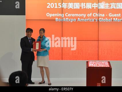 """(150527) -- NEW YORK, 27 mai 2015 (Xinhua) -- Wu Shangzhi(L), vice-ministre de l'Administration d'Etat de la presse, de publication, de la radio, du film et de la télévision, donne un livre en cadeau à Kristin Mc Daught, un local toutes à partir de la Bibliothèque publique de New York au cours de la cérémonie d'ouverture des China-Guest d'honneur 2015 BookExpo America's Global Market Forum à New York, États-Unis, le 27 mai 2015. Ce qui porte à près de 10 000 titres de livres de quelque 150 éditeurs, la Chine est entrée à l'honneur dans cette """"capitale culturelle de l'édition et le monde' comme BookExpo America (BEA) 2015 a débuté à New York C"""