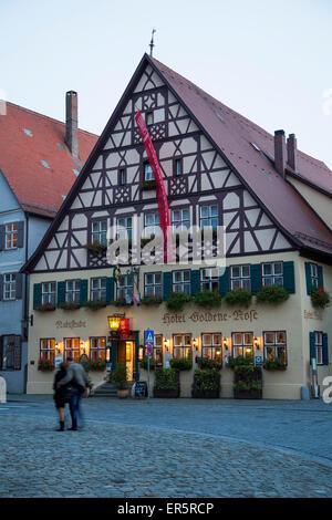 Hotel Goldene Rose dans la vieille ville au crépuscule, Dinkelsbuehl, Franconia, Bavaria, Germany Banque D'Images