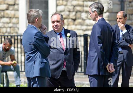 Londres. 27 mai 2015. Alex Salmond parler à Jacob Rees-Mogg sur College Green, Westminster Banque D'Images