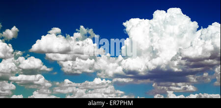 Et de nuages gonflés ont été retouchées numériquement pour montrer contre un ciel de couleurs bleu varié. Banque D'Images