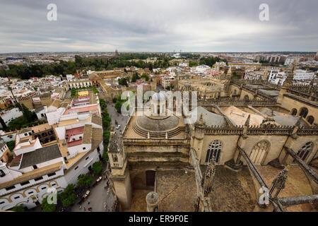 Vue sud sur le toit de la Cathédrale de Séville Giralda de Alcazar palace Banque D'Images